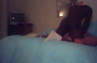 Lesbianas gemelas ayudan videos jovenes latinos gay a su amiga a masturbarse con un juguete enorme